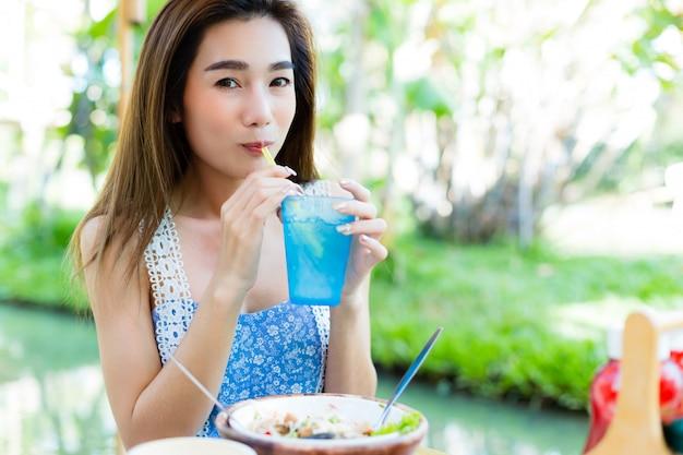 Молодая женщина ест здоровую пищу