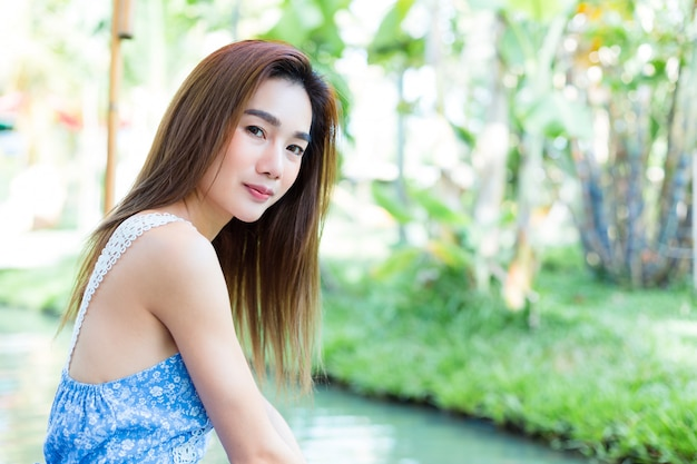 公園の肖像若いきれいな女性