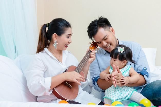 リラックスした時間を持つ家族の愛情