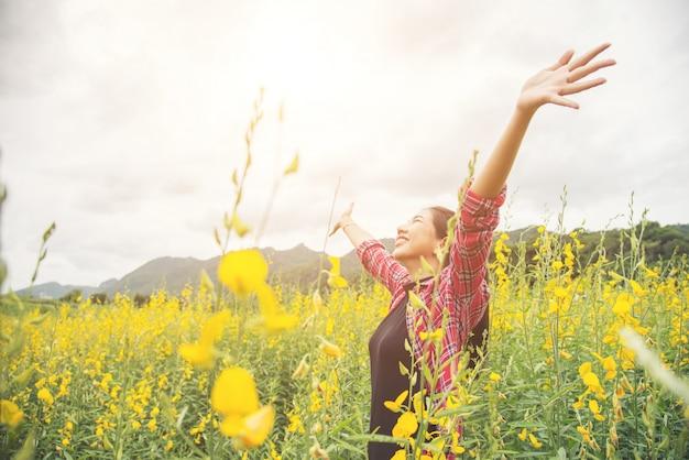 新鮮な黄色い可愛い花の公園