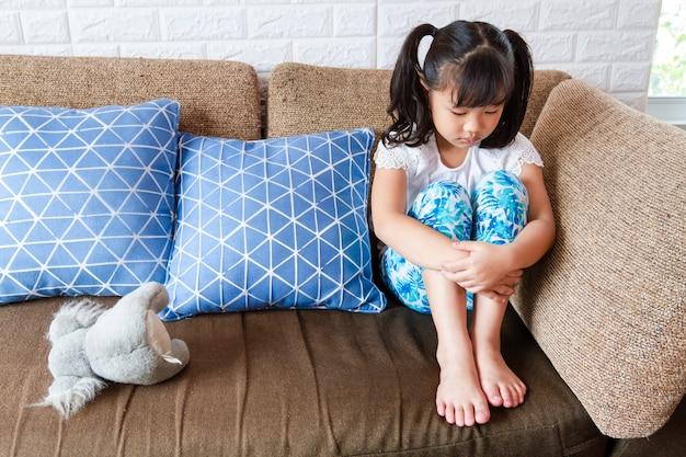 小さな女の子は一人で家に問題がある