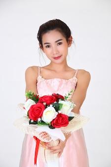 若いきれいな女性と美しいドレス