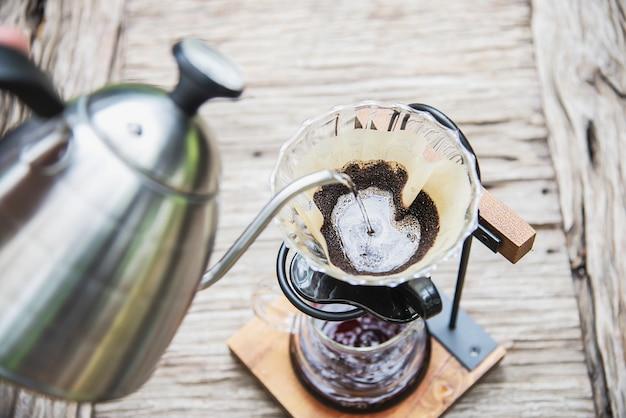ビンテージコーヒーショップでドリップ新鮮なコーヒーを作る男