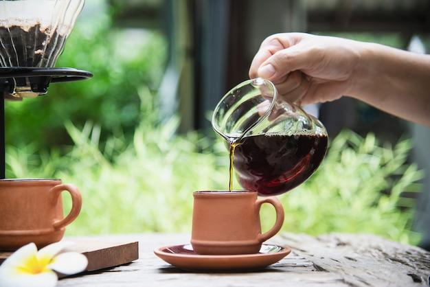 Человек, делая капельного свежего кофе в старинной кофейне