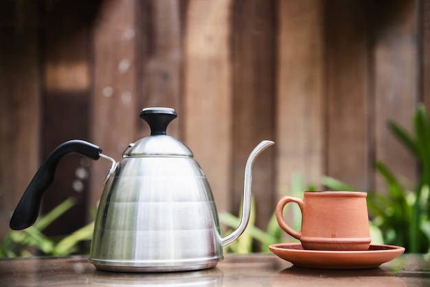 緑豊かな庭園のコーヒーカップ
