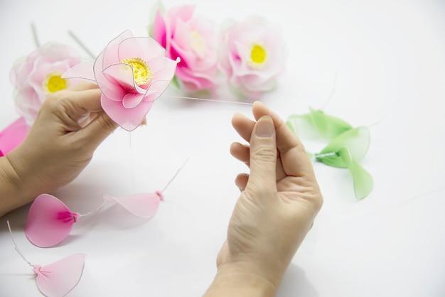 美しいナイロンの花を作る女性