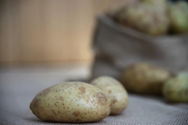 Свежая картошка на кухне готова к приготовлению