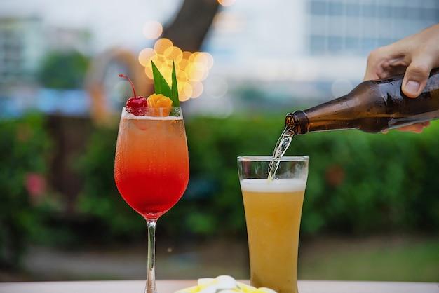 ビールとマイタイまたはマイタイのレストランでの人々のお祝い