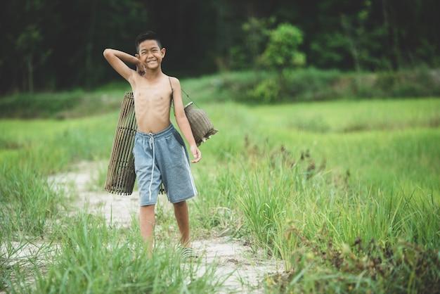 田舎のアジアの少年生活