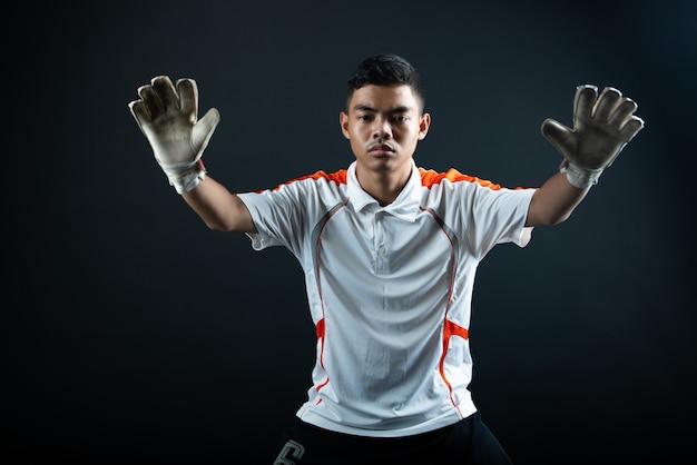 Молодой вратарь футбольный человек изолированы от академии футбольной команды