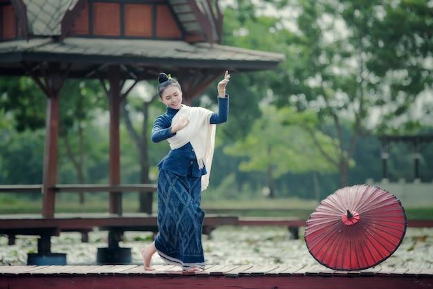 タイの民族衣装の女性と男性のダンス衣装:タイダンス