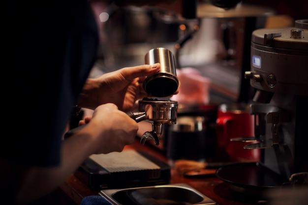 Крупным планом бариста приготовления капучино, бармен готовит кофейный напиток