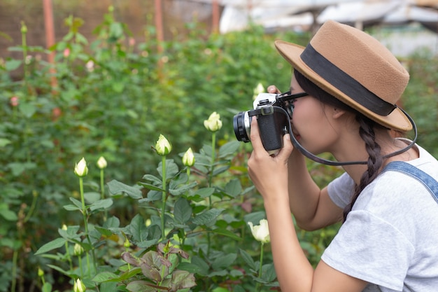 農業、家での仕事の写真を撮る若い女性