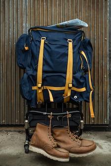 旅行者のバックパックと靴。