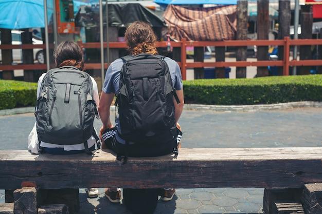 旅行者は旅行中に座ることができます。