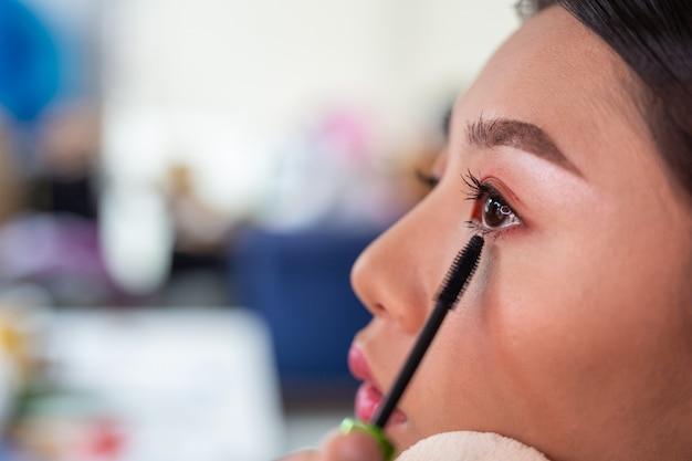 Девушка макияж с помощью профессионального визажиста.