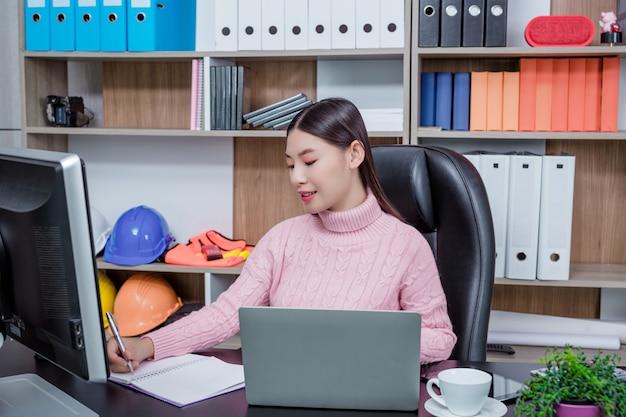 Молодая женщина работает офис.