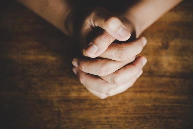 神に祈る宗教的なアイデア