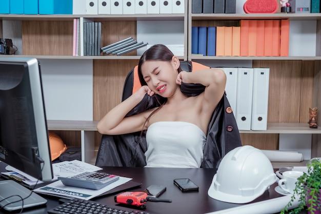 Бизнесмены, женщины, работающие в офисе со стрессом и усталостью.