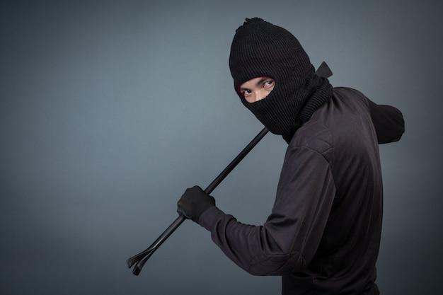 Черные преступники носили головную пряжу на сером