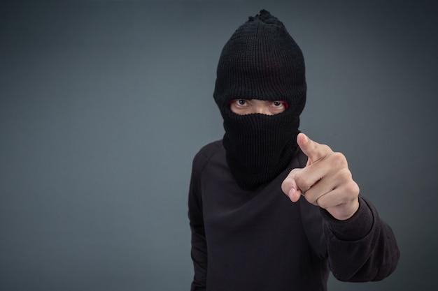 Преступники носят маску черного цвета на сером
