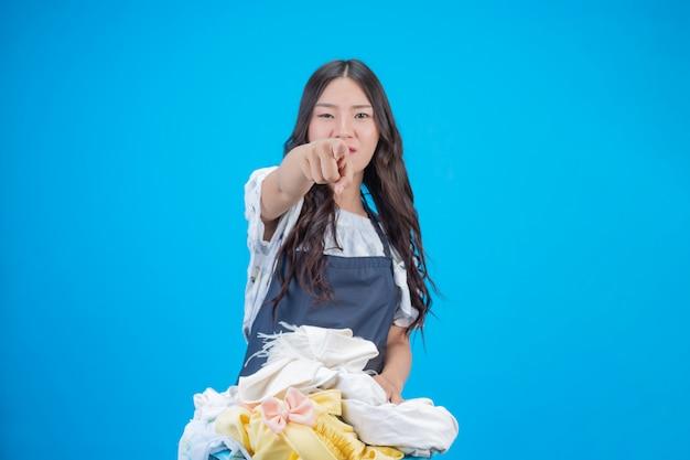 青を洗う準備ができて布を保持している美しい女性