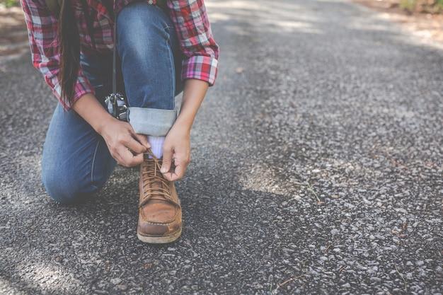 Девушка привязала веревку, путешествовала обувь, лазила.