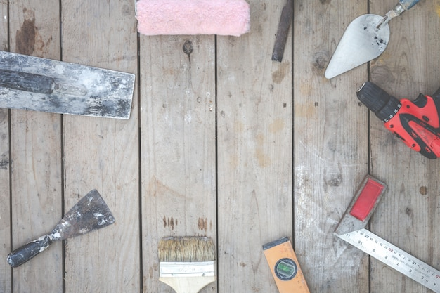 Строительный инструмент укладывают на деревянные полы.