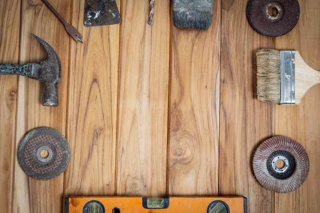 手動ツールセット、木製の床に設定。