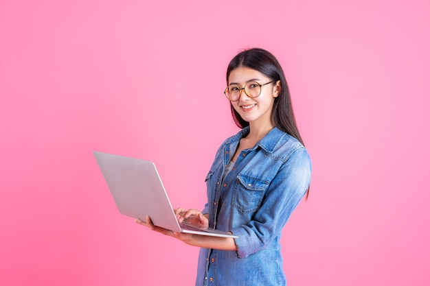 ピンクのラップトップコンピューターを使用してライフスタイルビジネス人々