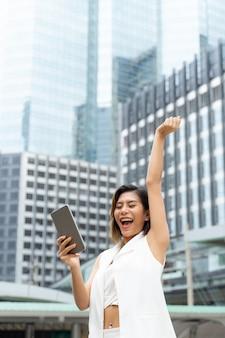 Портрет веселая работница с успешным в городе