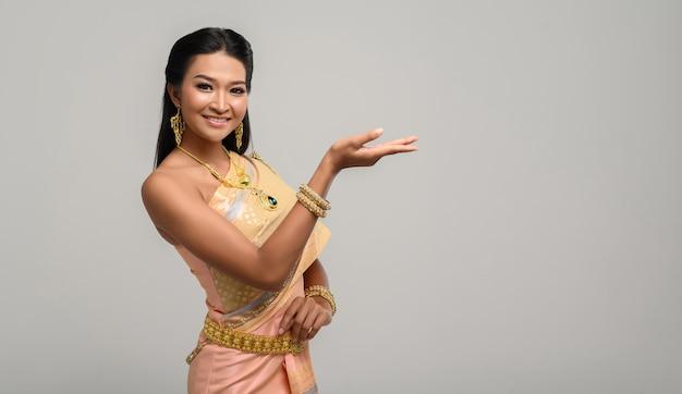 手のシンボルを作ったタイのドレスを着ている女性