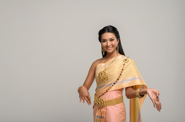 Красивая тайская женщина, носящая тайское платье и тайский танец
