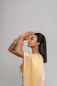 敬意を表すタイの服を着ている女性、サワディーのシンボル
