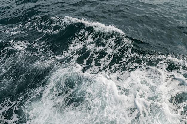 観光船による海の波