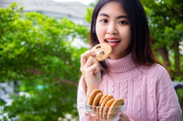 自宅でクッキーを保持しているうれしそうなかわいい十代