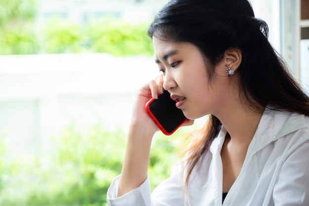若い女性はオフィスで仕事をしながら問題を抱えています