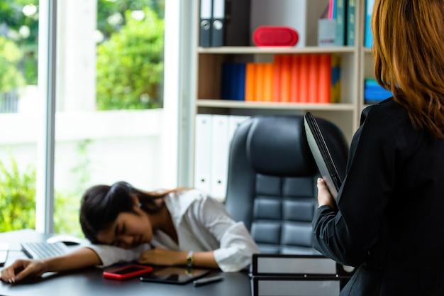 Молодая работающая женщина устала работать
