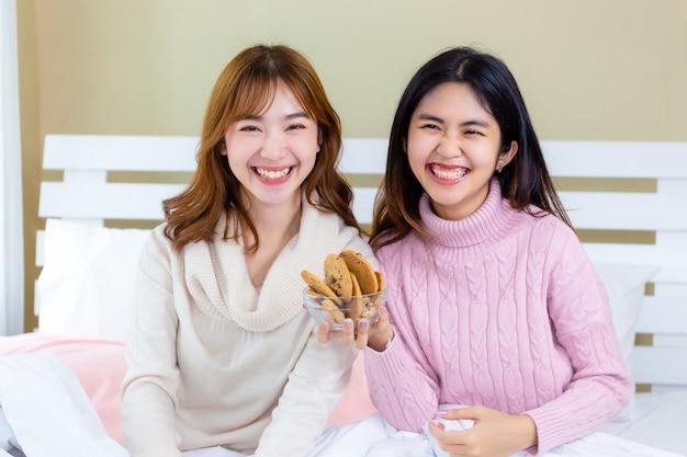 女の子とおいしいグルメクッキーを楽しむ