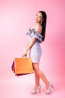 ショッピングバッグと美しいアジアの女性
