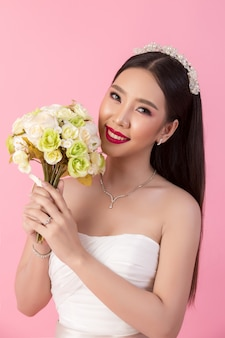 Красивый азиатский портрет невесты в розовой студии