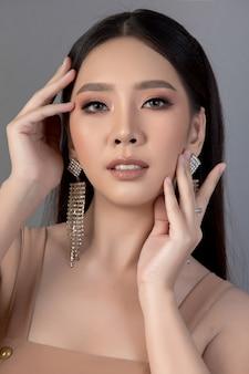 Красивое женское лицо. рука макияжа