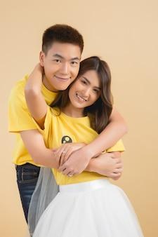 幸せなアジアカップル