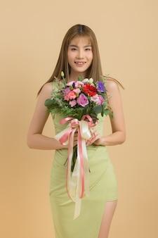 花を持って笑顔の遊び心のあるかわいい女性の肖像画