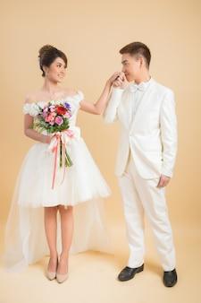 Красивая счастливая пара на свадьбе в студии