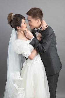 スタジオでの結婚式で美しい幸せなカップル