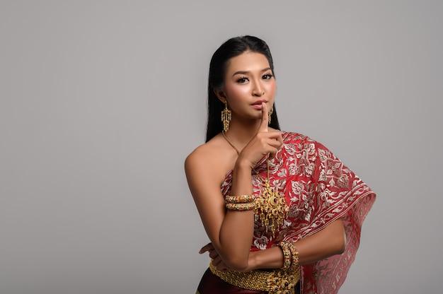 指を指す象徴的なタイの衣装を着ている女性
