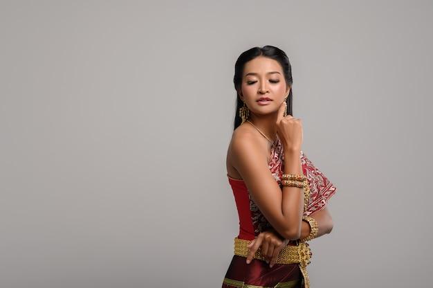 タイのドレスを着て、側にいる美しいタイの女性