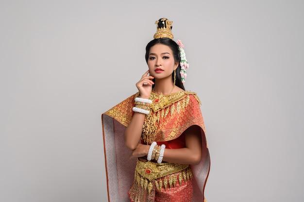 タイの服を着た女性と顔に触れる手
