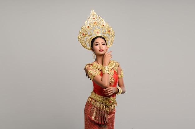 タイのドレスを着ている美しいタイの女性